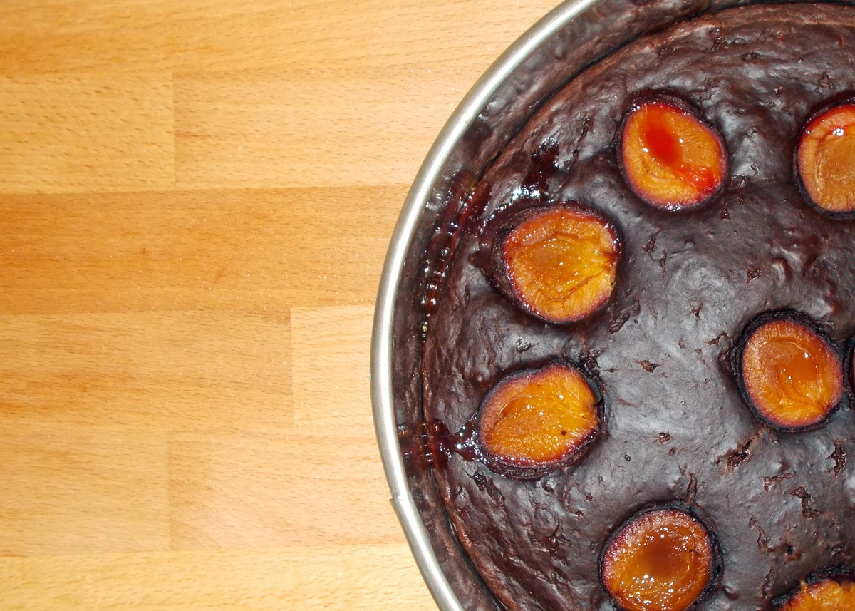 czekoladowe-ciasto-ze-sliwkami