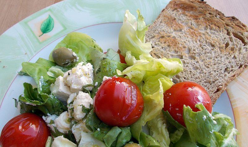 sałatka grecka z grillowanymi pomidorkami