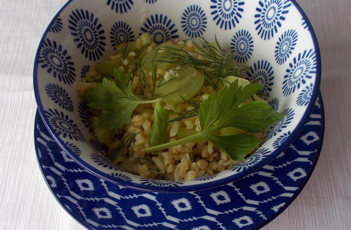 salatka-z-kasza-winogronami-i-selerem-naciowym-2