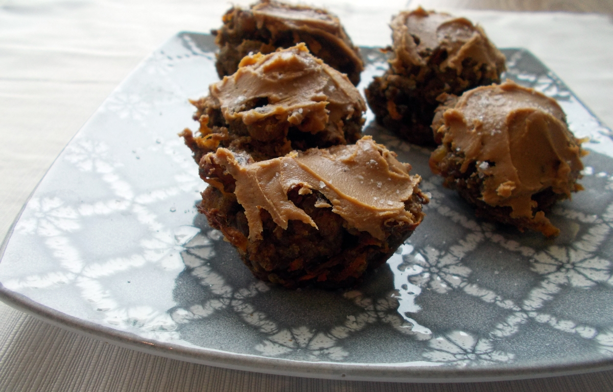 marchewkowe-muffiny-z-solonym-maslem-orzechowym