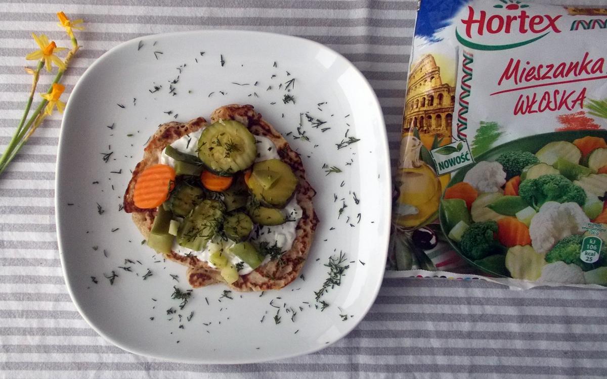 bliny-z-sosem-mietowym-i-warzywami-2