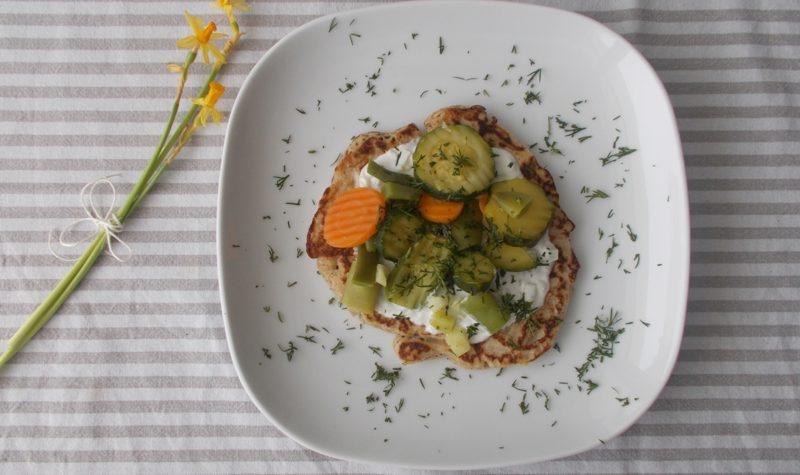bliny-z-sosem-mietowym-i-warzywami